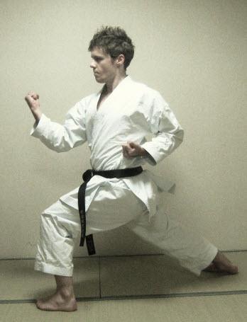 Techniques et Définitions Karate : Gyaku Hanmi